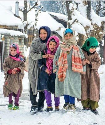 Ethnic_Kashmiri_girls_in_traditional_pheran